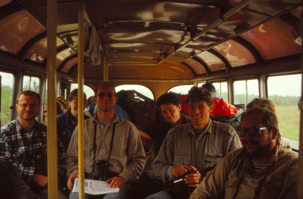 Видавший виды желтый ПАЗик стал нашим домом на всю экспедицию (слева направо: Норберт Шэффер, Мартин Фладэ, Эдуард Монгин , Рудигер Мауэрсбергер и Олег Парейко), 1995 г.