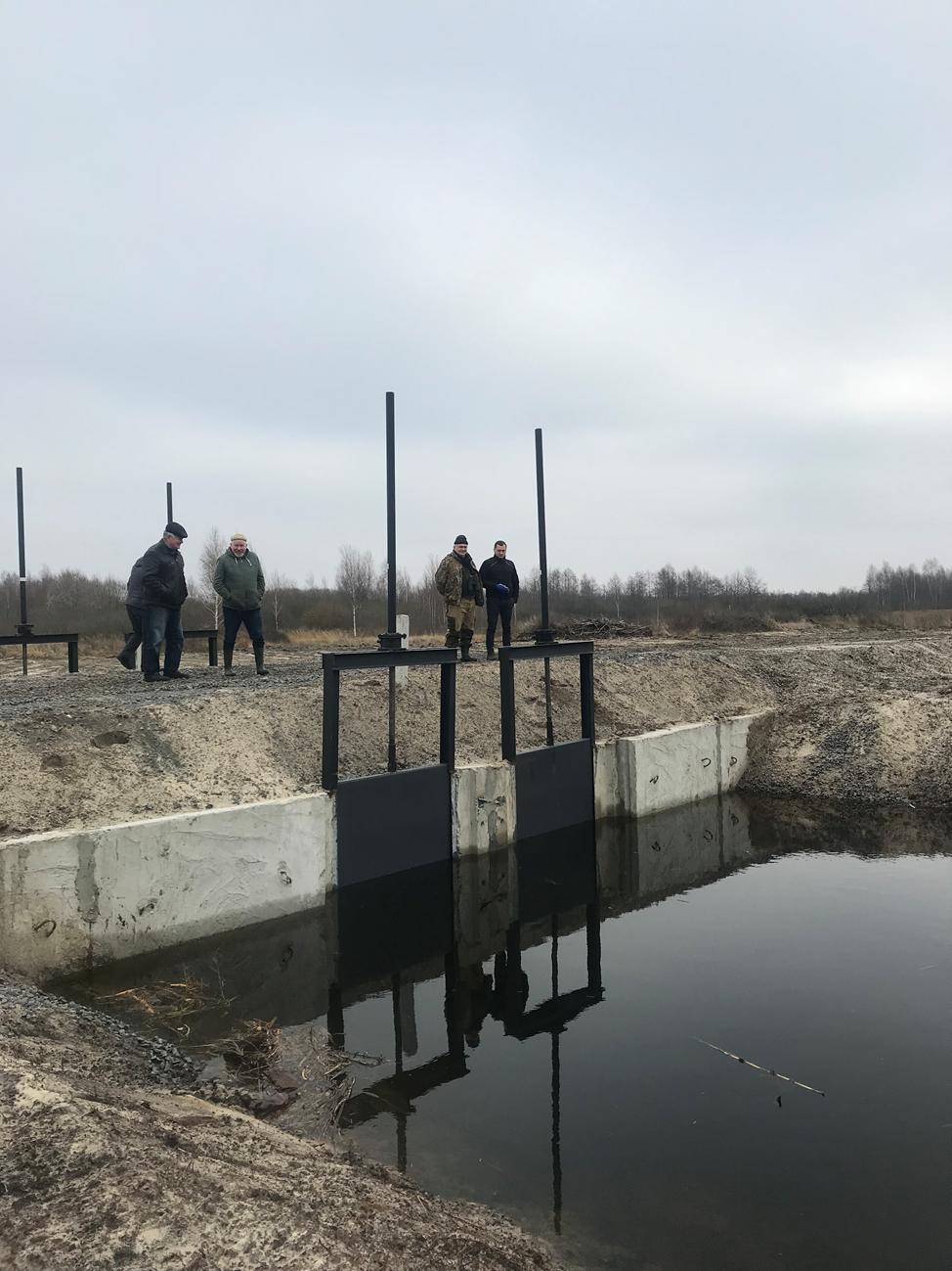Основное водорегулирующее сооружения, по которому вода поступает на болото